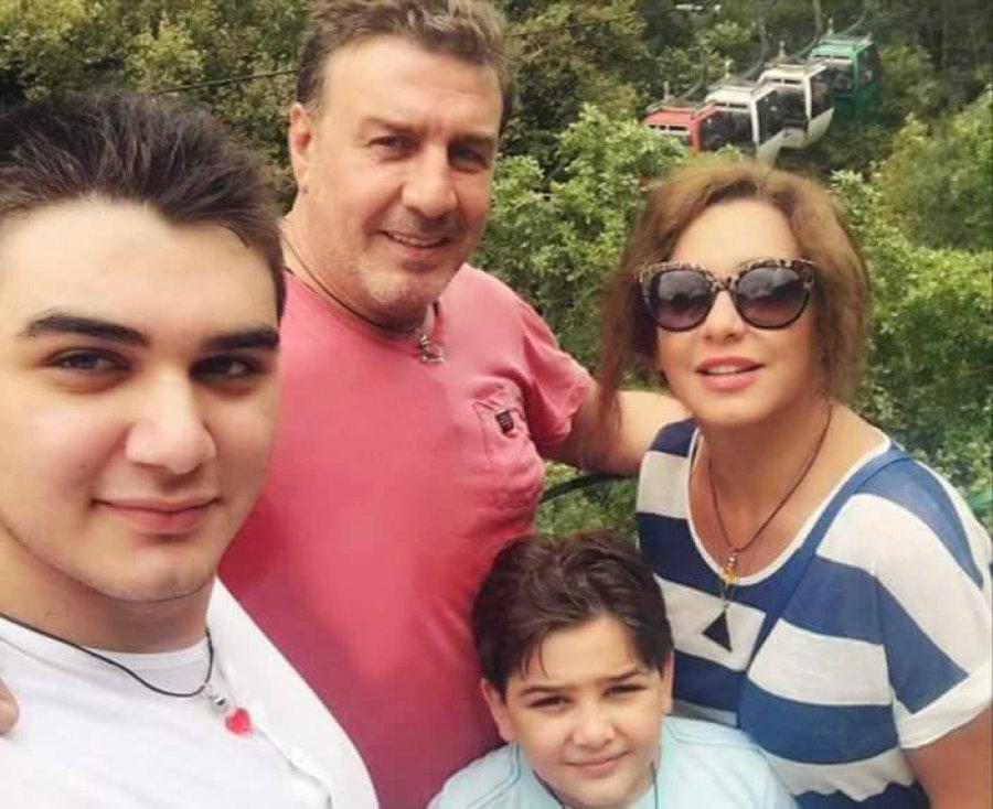 مجلة هي Auf Twitter الممثل السوري وائل رمضان بلقطة عائلية دافئة مع زوجته سلاف فواخرجي وولديهما حمزة وعلي يوم الأب العالمي Sfawakherji Https T Co Ojroouqnxv