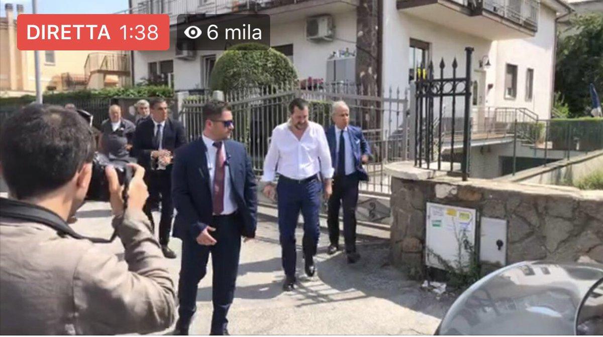 In diretta da Roma, dalla villa sequestrata al clan dei Casamonica. #lamafiamifaschifo  LIVE > https://t.co/aWRVWKI9yn