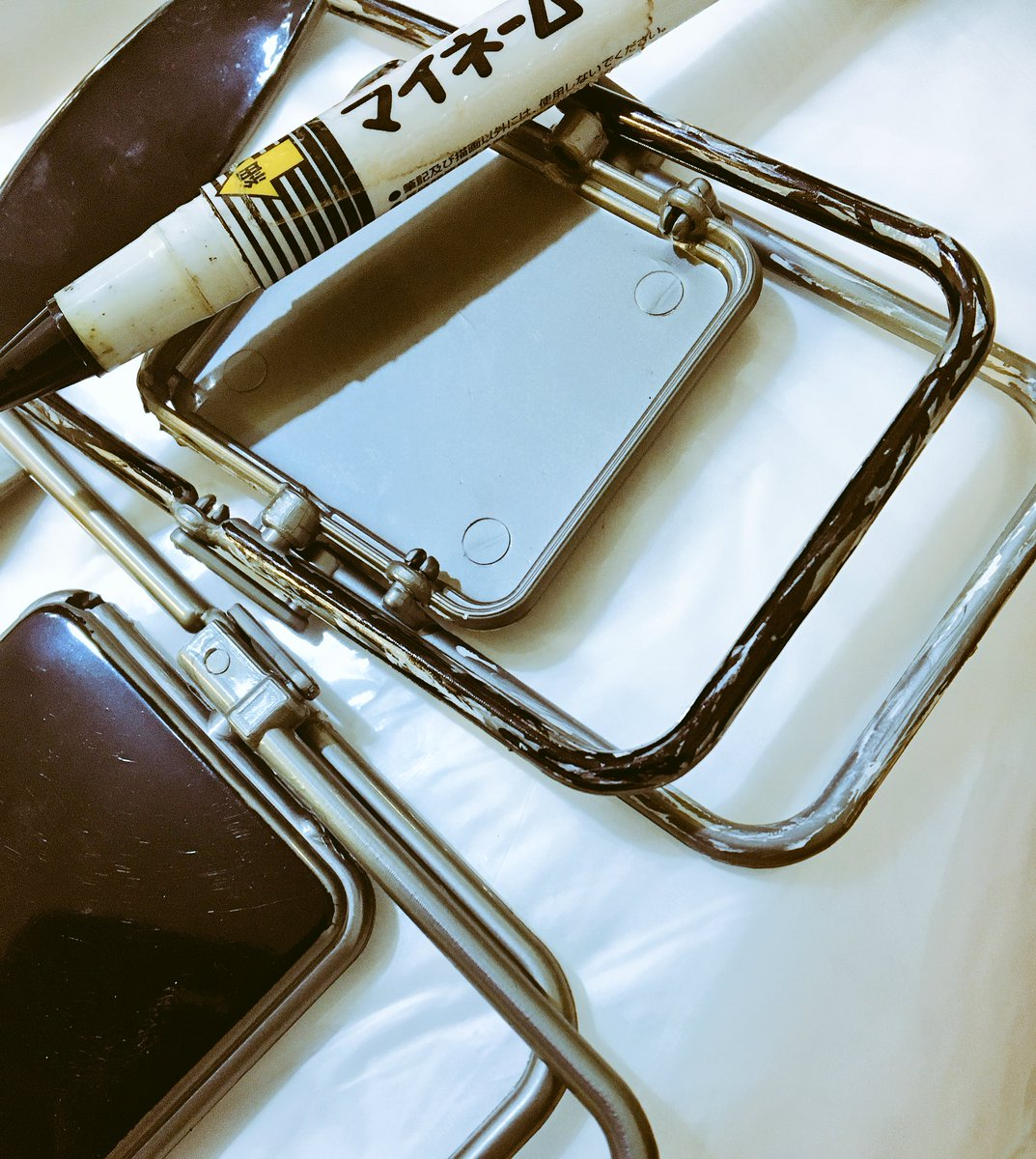 test ツイッターメディア - 今まで何人の人が、 ミニチュアパイプ椅子買ってきて 速攻ダメージ加工してきたんだろう…  仲間入りが嬉しい。 無事にできるか?  #キャンドゥ #男椅子 #作成中 https://t.co/KaJtvKovxb