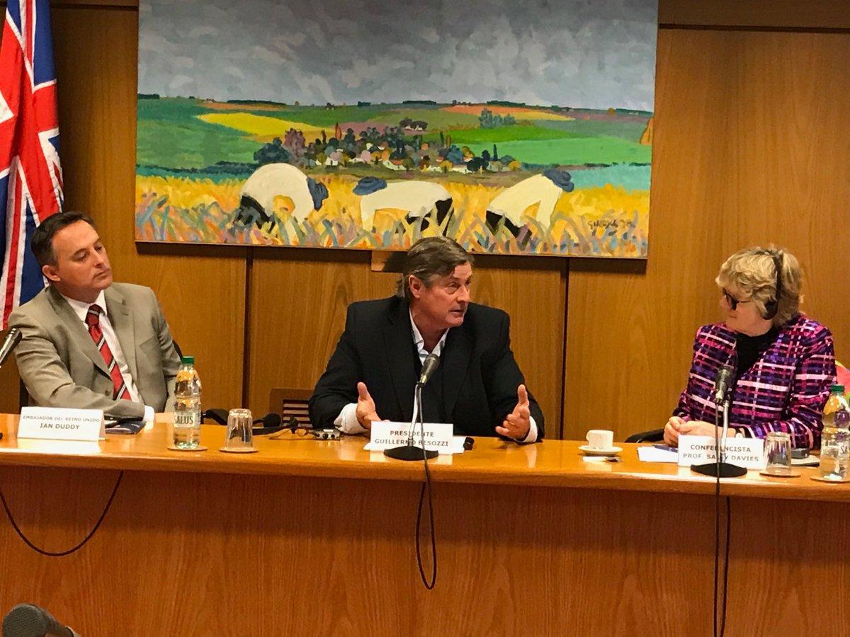 Ahora en charla con representantes de la Embajada del Reino Unido, el embajador Ian Duddy y la prof. Davies sobre la importancia del mal manejo sobre los antimicrobianos en la salud humana y animal.