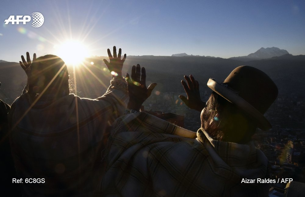 #BOL Aymara indigenous people receive the first rays of Tata Inti (god Sun) during the celebration of the winter solstice @AFPphoto by Aizar Raldes @yodita16969 more pics https://t.co/F8boVV6j41