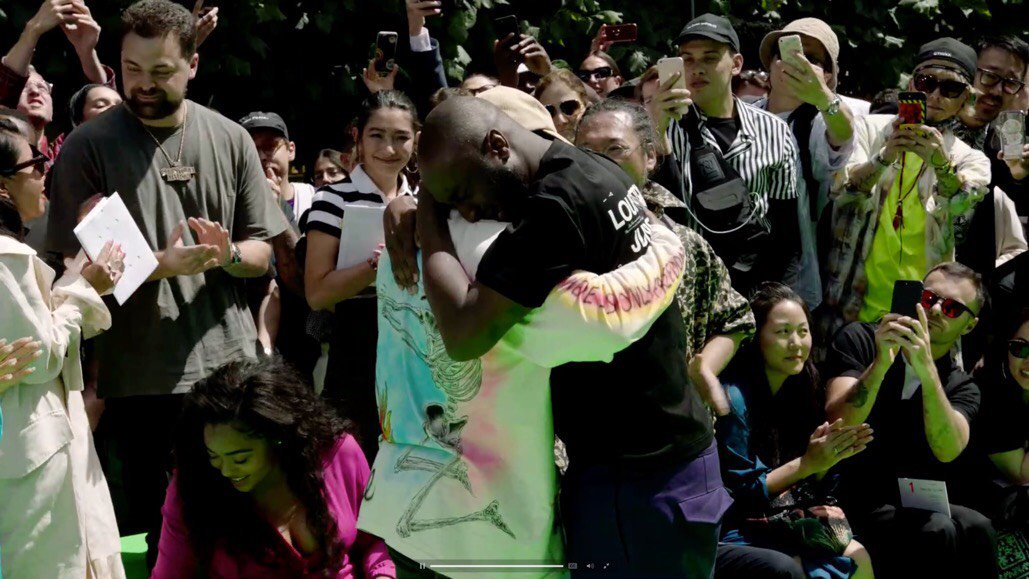 .@virgilabloh and Kanye shared an emotional moment at his @LouisVuitton show trib.al/cdjMguU