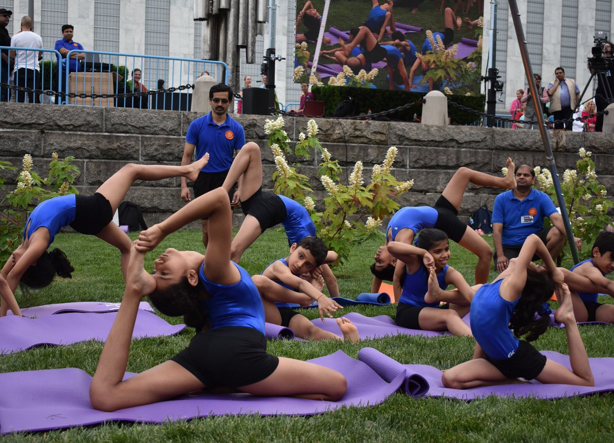 How is #YogaDay connected to #GlobalGoals? Practicing yoga can contribute to good health & well being. Hundreds of people filled the North Lawn of UN Headquarters to celebrate #YogaDay! un.org/en/events/yoga…