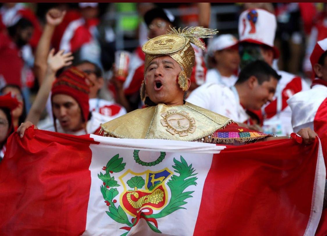 Perú queda eliminado practicando un juego noble y sin miedos en este campeonato del mundo. Pero sobre todo respaldado por una de las mejores aficiones que jamás se haya visto en un mundial. Ante ellos me quito el sombrero.  ¡Grandes @SeleccionPeru! ¡Grande #Perú!  #Rusia2018 