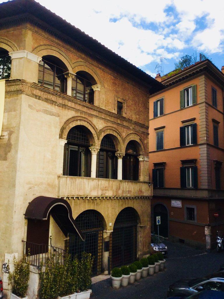 #Rome  #romeIsUs    SUGGESTIONI MEDIEVALI   sulle orme dei pellegrini.....scendendo dal Lungotevere,perchè gli ottocenteschi MURAGLIONI hanno lasciato sotto il livello stradale tutta la zona del Rione Ponte...L'ALBERGO dell'ORSO all'angolo dell'omonima via ->>(segue)  - Ukustom