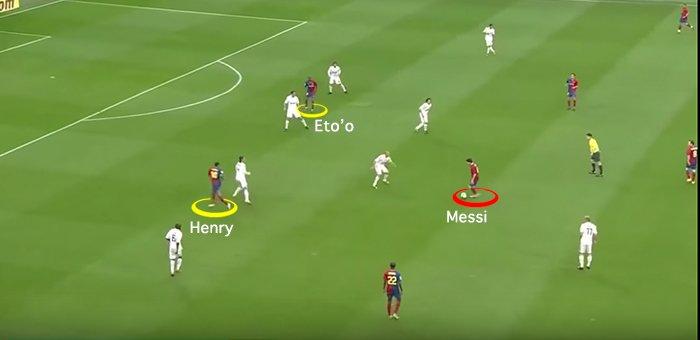 Existe uma diferença imensa entre receber e tabelar com Henry e Eto'o no Barça e receber de frente pra um adversário marcando quase que só ele. Ninguém joga sozinho. Até o craque precisa de um contexto que potencializa o que ele tem de melhor para brilhar. Futebol é coletivo.