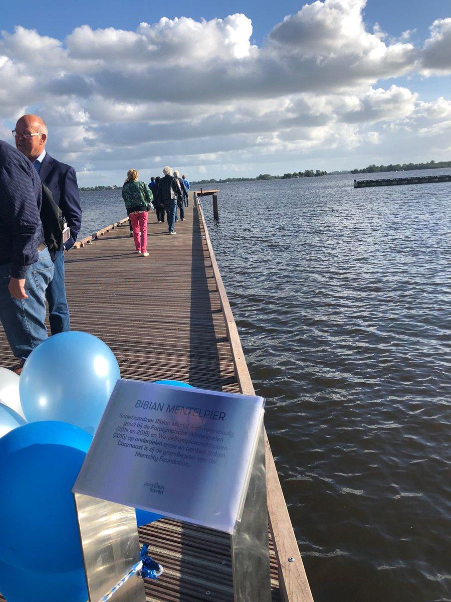 """Officieel vanaf vandaag heb ik gewoon mijn eigen pier....de """"Bibian Mentel-pier"""" in de Porseleinhaven van Loosdrecht....onvoorstelbaar, wat een enorme eer!!!! Ben zo trots 😊Bedankt @gemeentewijdemeren #trots #Loosdrecht #Wijdemeren #ereburger #pier #iloveloosdrecht #mooifeestje"""