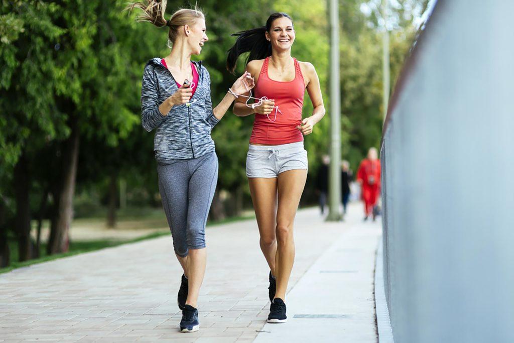 Две девушки бегут картинки