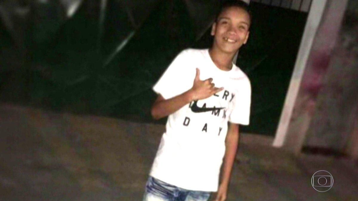 Parentes e amigos se despedem do estudante de 14 anos que morreu quando ia para a escola no Conjunto de Favelas da Maré, no Rio: https://t.co/UCjK1hZQTl #JN