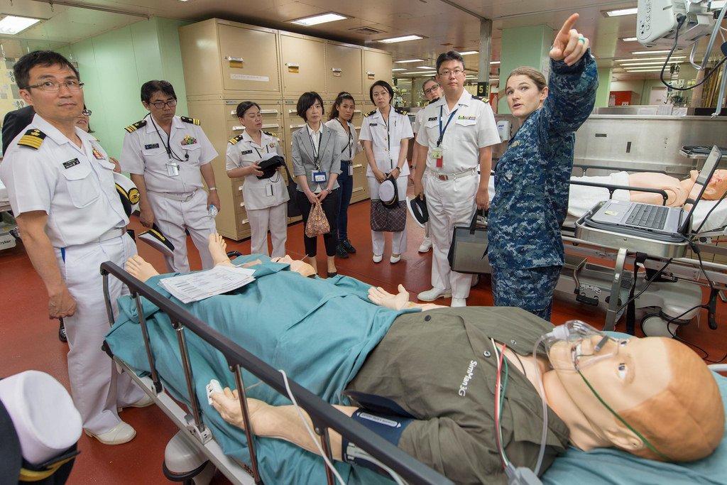 こちらは病院船マーシーのメインフロアにある訓練区画。数種類のマネキンを用いて治療の訓練を行います。写真のマネキンはコンピューター制御式で、様々な症状や病状、外傷を想定したプログラムが設定可能。泣いたり、汗をかいたり、うめき声を上げたりします。 https://t.co/qBS8uYWshR