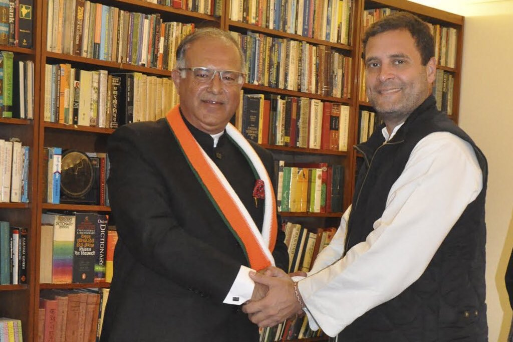 Azad and Soz are not exceptions, another Pakistan proxy finds his rightful place in the Congress party! Mr Tariq Hameed Karra, who is known for speaking the language of Pakistan, recently joined the Congress in the presence of Smt. Sonia and Rahul Gandhi. #CongLeTGathbandhan