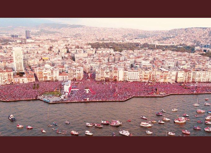 İzmirde milyonlar, en güzeli kadınlar ön ınlar değişimin öncüsü...umut var, demokrasiye hasretiz toplumca /A massive anti-government rally in İzmir, so many women in that crowd,women are pushing for is #hope picture of a society longing for democracy Foto