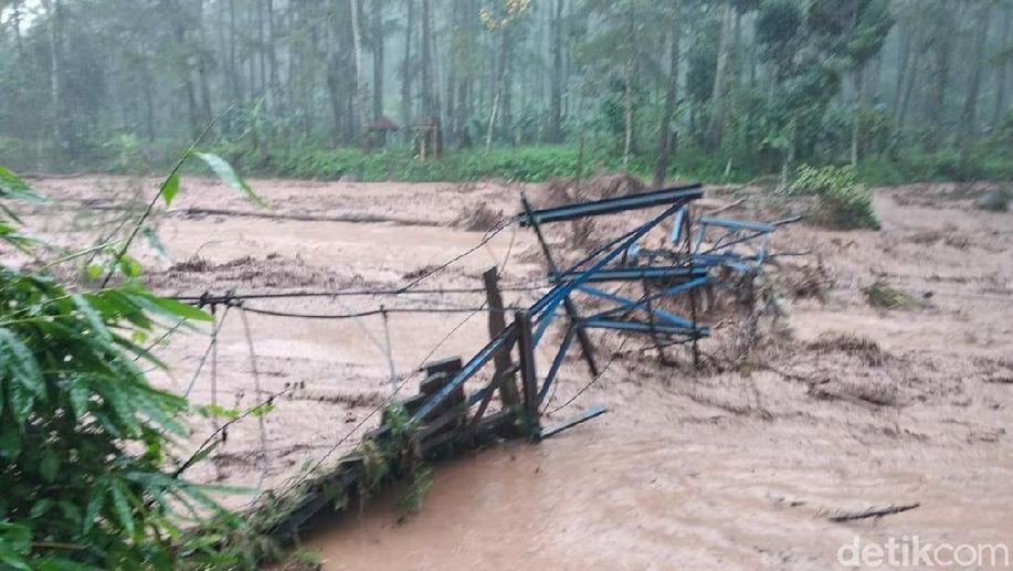 Banjir Bandang di Banyuwangi, Rusak Sawah dan Destinasi Wisata https://t.co/Wi9SCc8JdD https://t.co/zs1IOCbxh0