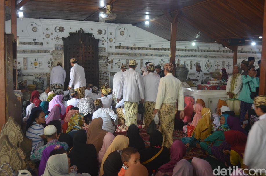 Peziarah Serbu Tradisi Grebeg Syawal Keraton Kanoman Cirebon https://t.co/vQx070PXQO https://t.co/HYODVpDDw4