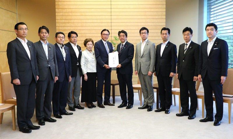 《総理の動き》本日(6月22日)安倍総理は官邸で北朝鮮に拉致された日本人を早期に救出するために行動する議員連盟による申入れを受けました。https://t.co/Scl2Qv4BJm