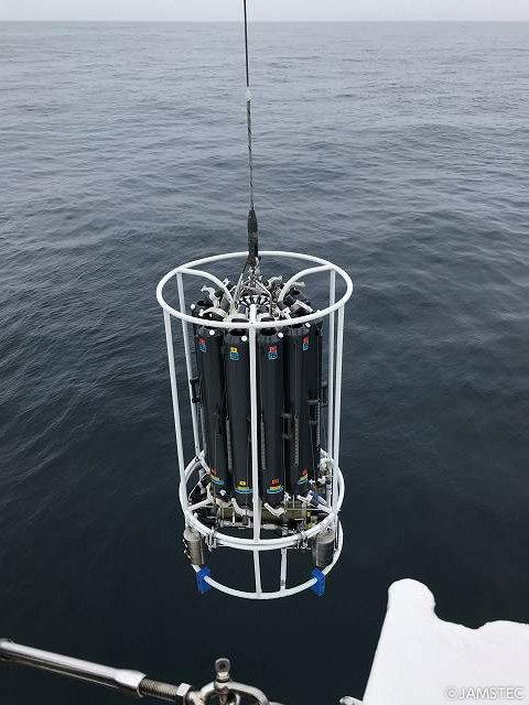 """【北極航海日誌】「今航海、最初で最後の""""北太平洋""""での観測点」#おしょろ丸 は採水器観測のため6/21朝8時に北太平洋上の観測点で停船。どのようなメカニズムで鉄不足の植物プランクトンは生きながらえているのだろう。その謎に迫りたいのです。https://t.co/2SIaqpInH8 #JAMSTEC #北海道大学水産学部"""