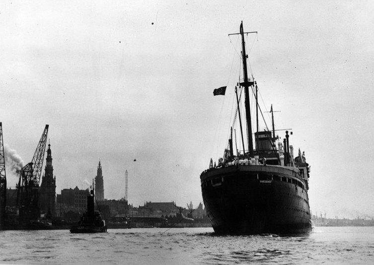 Il 13 maggio del 1939 la St. Louis salpava da Amburgo con a bordo 937 profughi, in gran parte ebrei tedeschi in fuga dai nazisti. Fu respinta da Cuba, Stati Uniti e Canada. La storia, in foto: https://t.co/sQDlP4Tc6b
