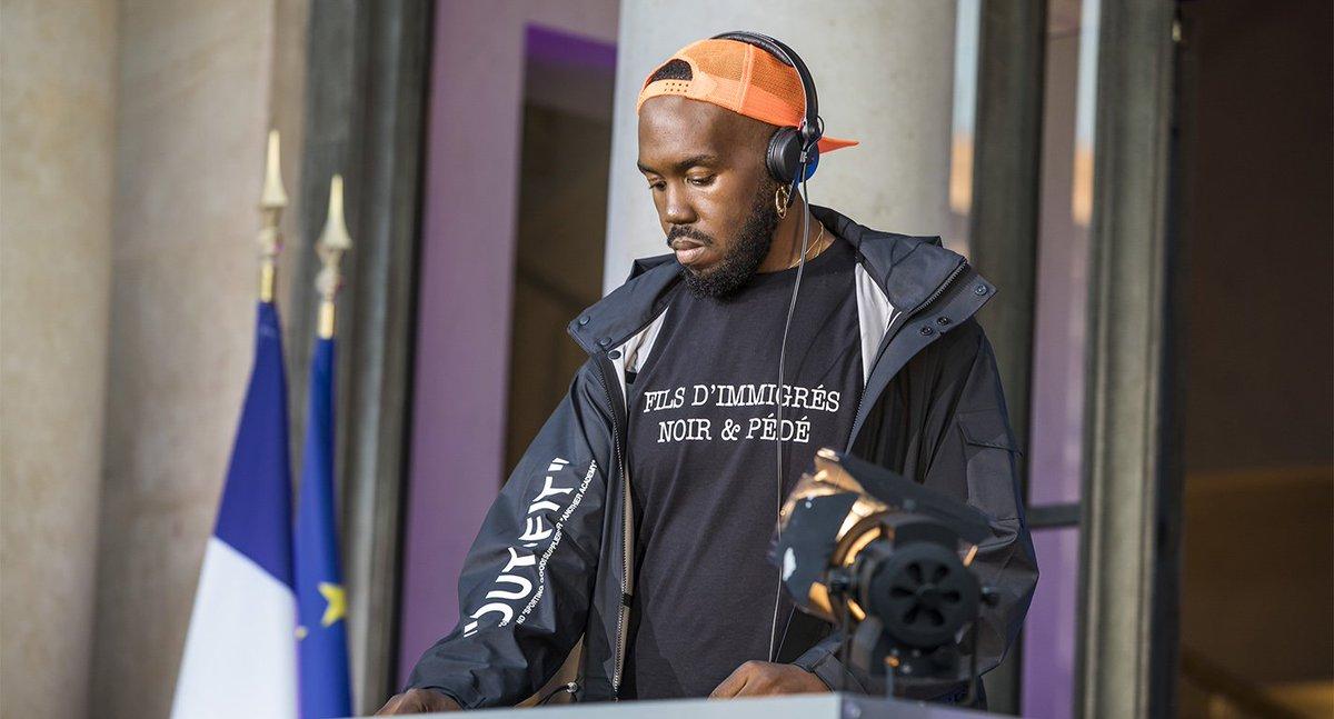 Kiddy Smile portait un t-shirt engagé pendant sa prestation à l'Élysée pour la fête de la musique: 'Fils d'immigrés, noir et pédé'  ➡️ https://t.co/s9NvhcP3Wo