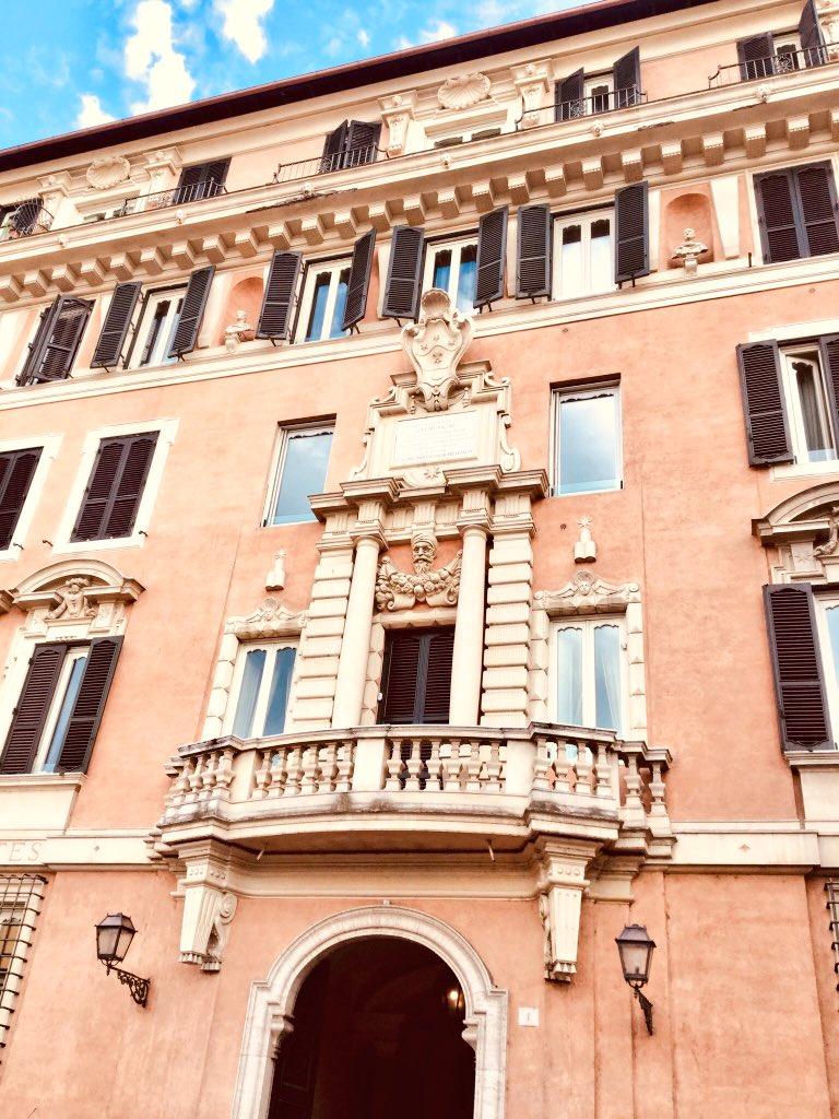 #Roma #romeIsUs  Piazza del PORTO di RIPETTA, OGGI La FONTANA :uno scoglio e motivi marini , sormontata da una lanterna, per facilitare l'approdo notturno, e lo stemma degli ALBANI, cui apparteneva papà Clemente XI, che vollequel porto,come da lapide su edificio.  - Ukustom