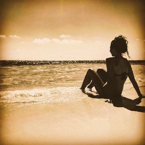 Ci sono giorni in cui intravedo spiragli di speranza......e poi ci sono quelli nei quali cerco solo di resistere.#Frasiecolori  - Ukustom