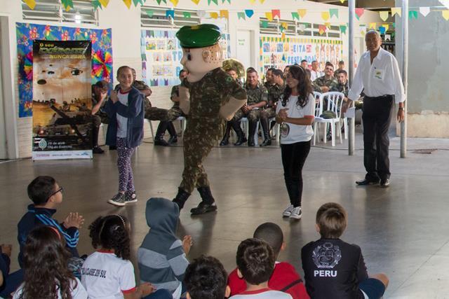 Em Brasília, Recrutinha anima Momento Cívico da Escola Classe 209 e dá um show com a Rádio Verde-Oliva. https://t.co/UaTzMKZPiC ExercitoNuncaPara