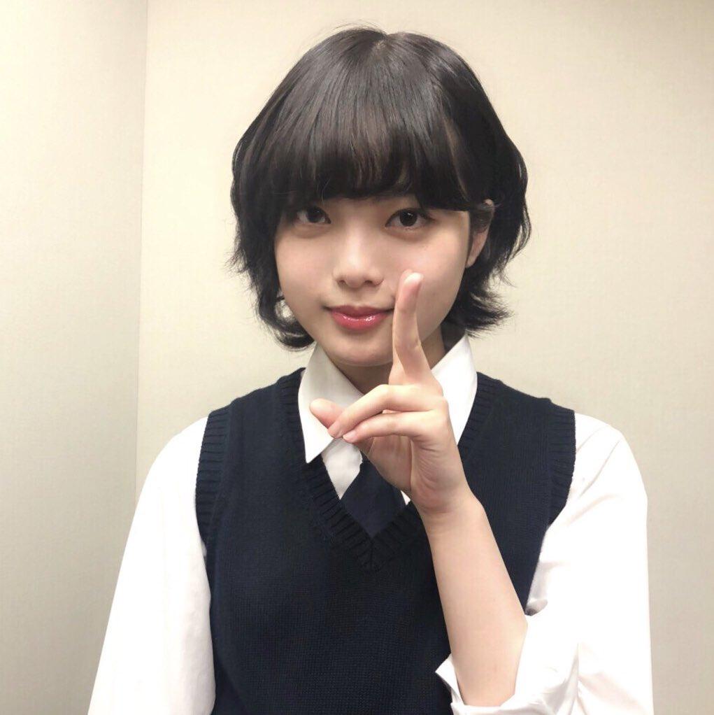 ベスト姿の平手友梨奈