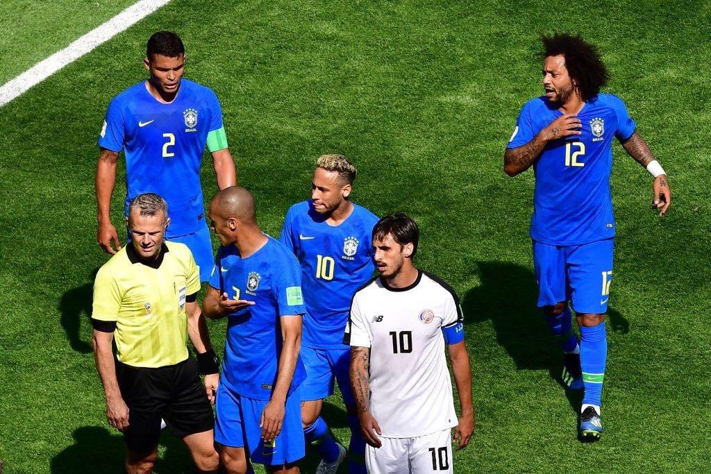 الحكم يقوم بإلغاء ركلة جزاء للبرازيل بعد احتسابها أمام كوستاريكا