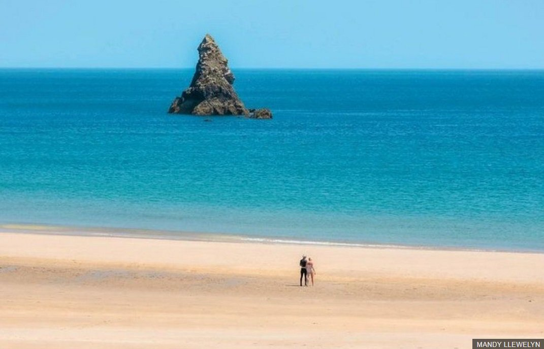 It's not the Caribbean, it's Church Rock at Broadhaven in Pembrokeshire. More of your lovely photos of Wales: https://t.co/ihnJJRD5FE Jo