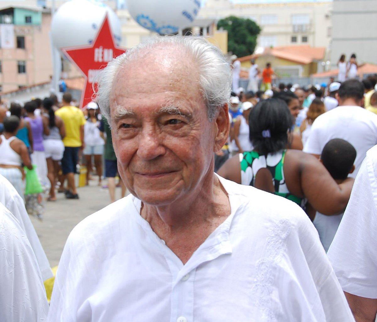 É com muita tristeza que recebo a notícia da morte de Waldir Pires, ex-ministro e ex-governador da Bahia. O Brasil perde um de seus mais valorosos e combativos filhos, um homem comprometido com a democracia e o povo brasileiro. #VivaWaldirPires