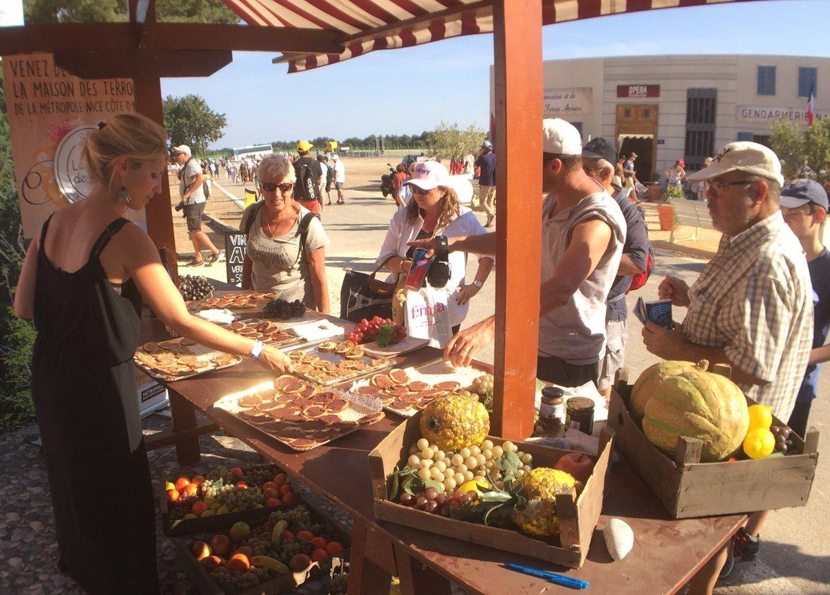 Dégustation de produits proposés par la Maison des Terroirs : tapenades, pâtes d'olives, rillettes... sur le stand de la Métropole Nice Côte d'Azur #WarmUpVarMatin  #PaulRicardTrack #GPFranceF1 🇫🇷