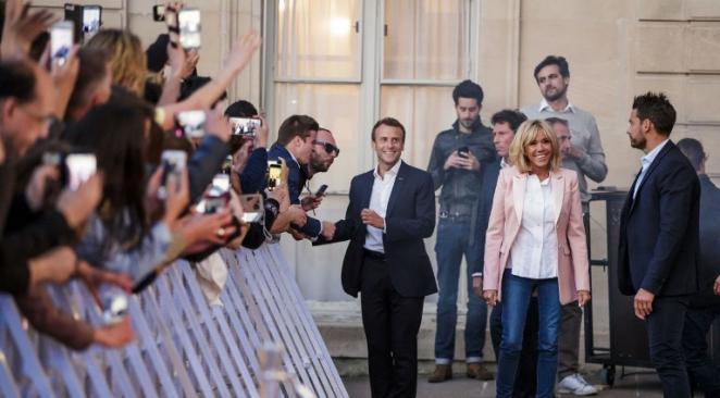 Fête de la musique : la photo du couple Macron entouré de danseurs fait couler beaucoup d'encre https://t.co/rurlTFripr