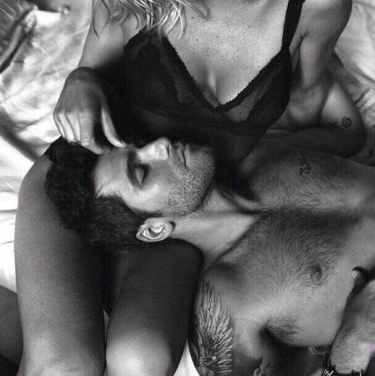 seks-otele-paren-lizhet-tolpe-zhenshin-chastnoe-obichnih-golih