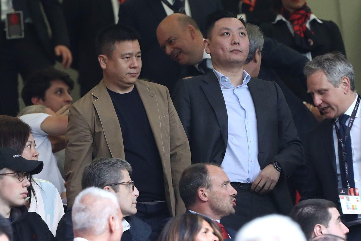 Por que o Milan vai precisar ser revendido? A UEFA já bateu o martelo: Ela não confia na parceria entre Yonghong Li e o grupo Elliott. Por mais que os americanos garantam que vão sempre cobrir o presidente quando ele deixar algum 'investimento faltar'.