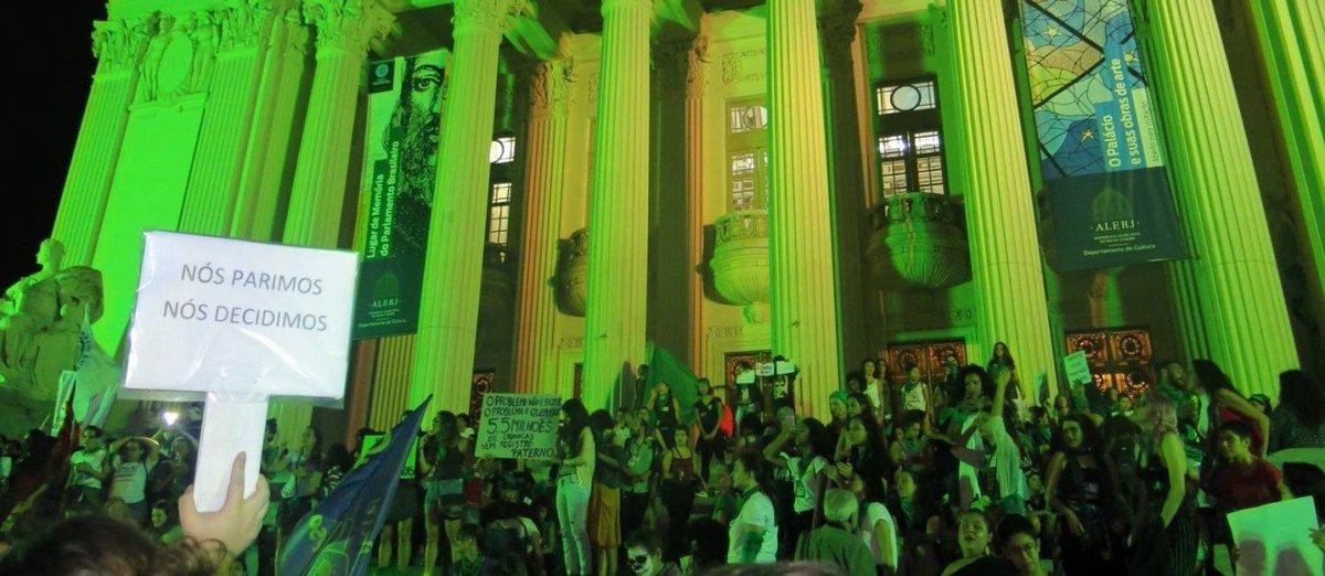 Inspiradas por Argentina e Irlanda, mulheres marcham por legalização do aborto no Brasil. https://t.co/pHOKXiS2Vk