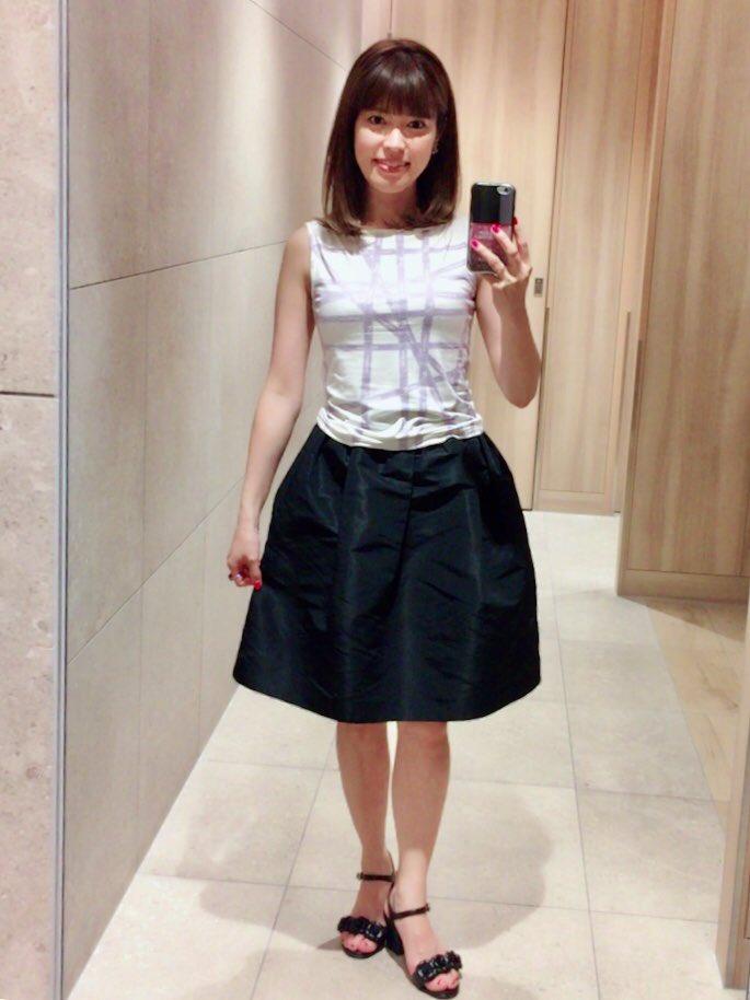 パープルのラインの入ったトップスに黒いスカートをはいている神田愛花アナの画像