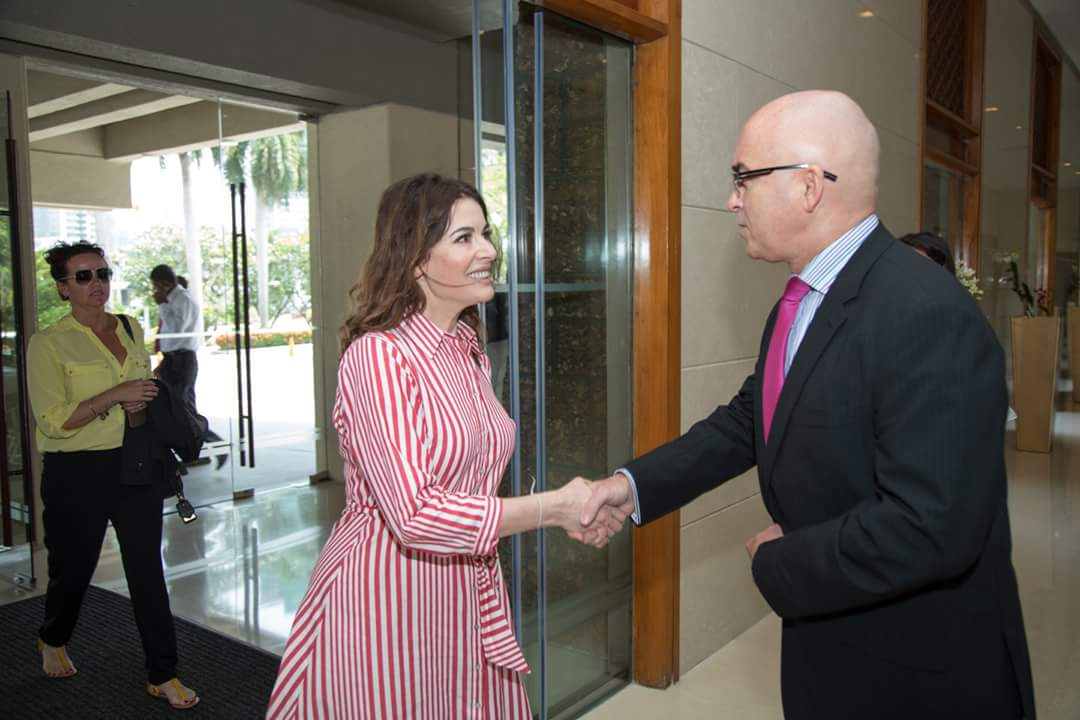 Renown cook and food writer, Nigella Lawson arrived at Cinnamon Lakeside yesterday. She was welcomed by General Manager, Dermot Gale and the team at the Hotel. She is in Sri Lanka on the invitation of Cinnamon Life.  #CinnamonLakeside #ColomboHotels #Colombo #NigellaLawsonSL https://t.co/CgleO9dAAz