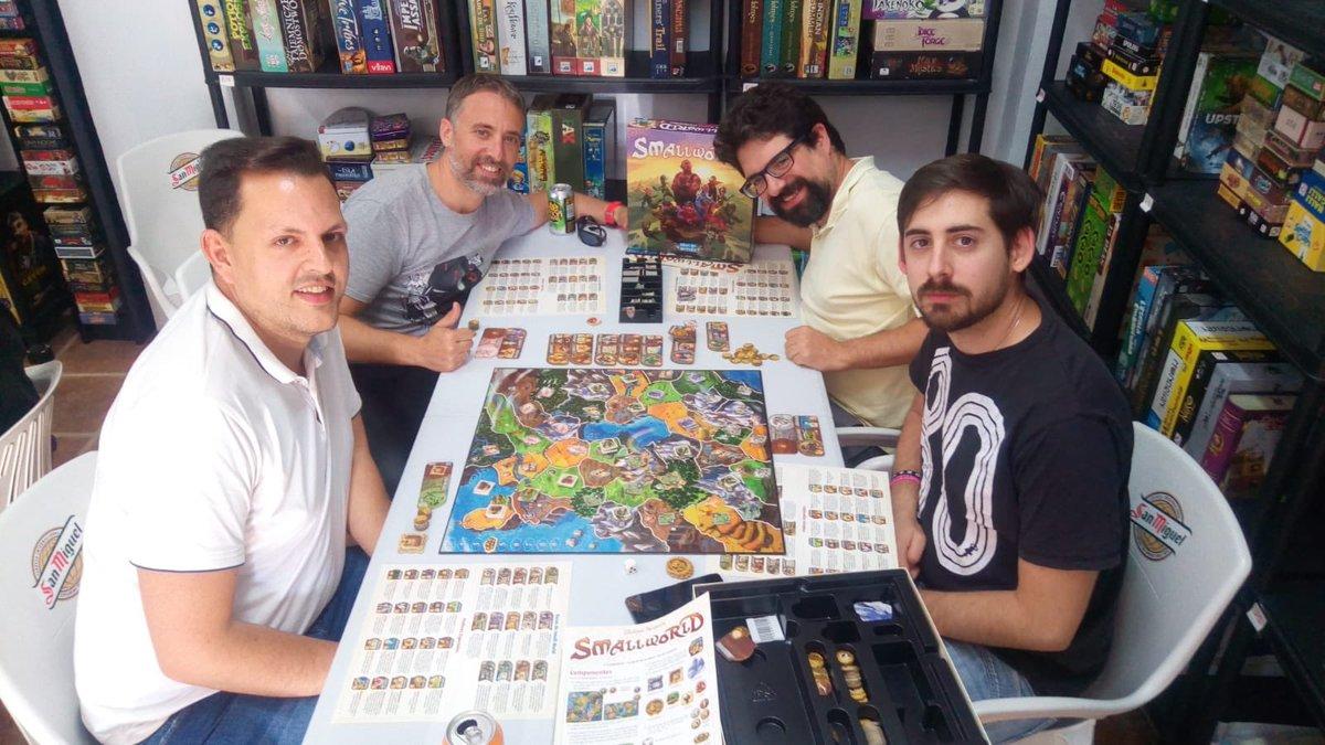 El #ClubdelosMartes de día 5 de junio jugando a Small World de #PhilippeKeyaerts y @days_of_wonderpic.twitter.com/il5n0K2sRU