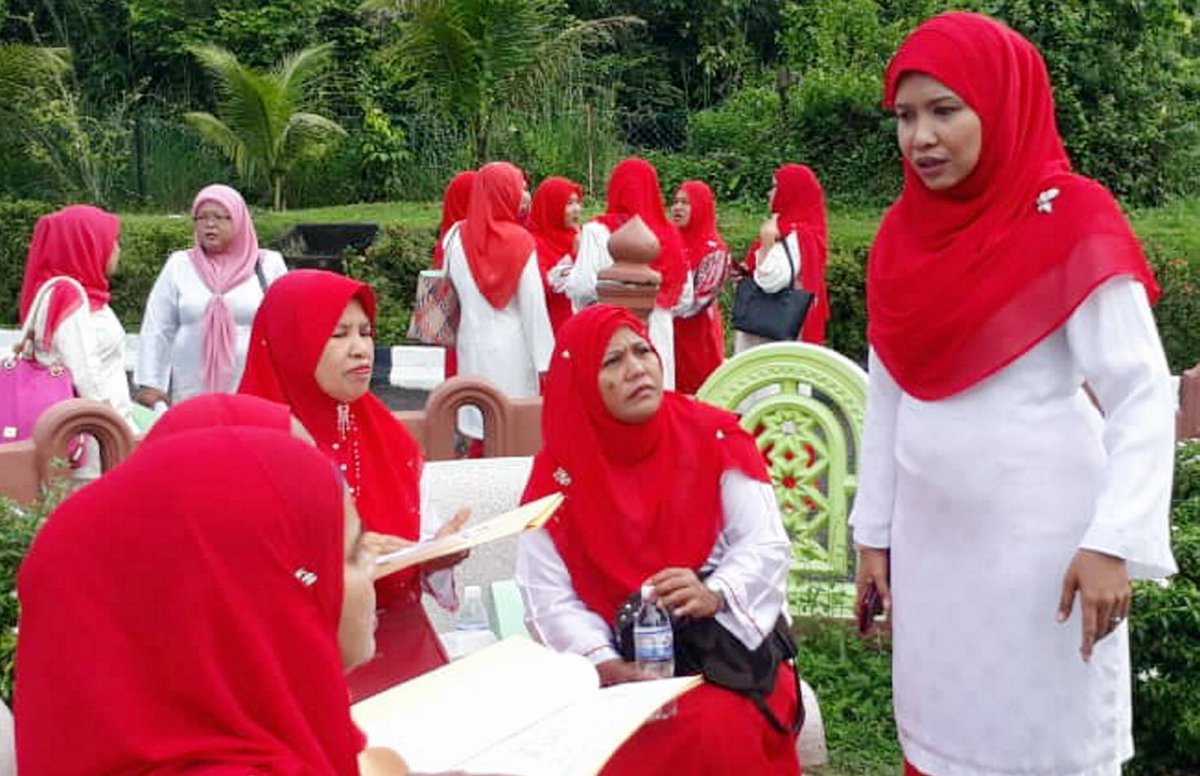 Commotion at Wanita Umno division delegates conference nst.com.my/news/politics/…