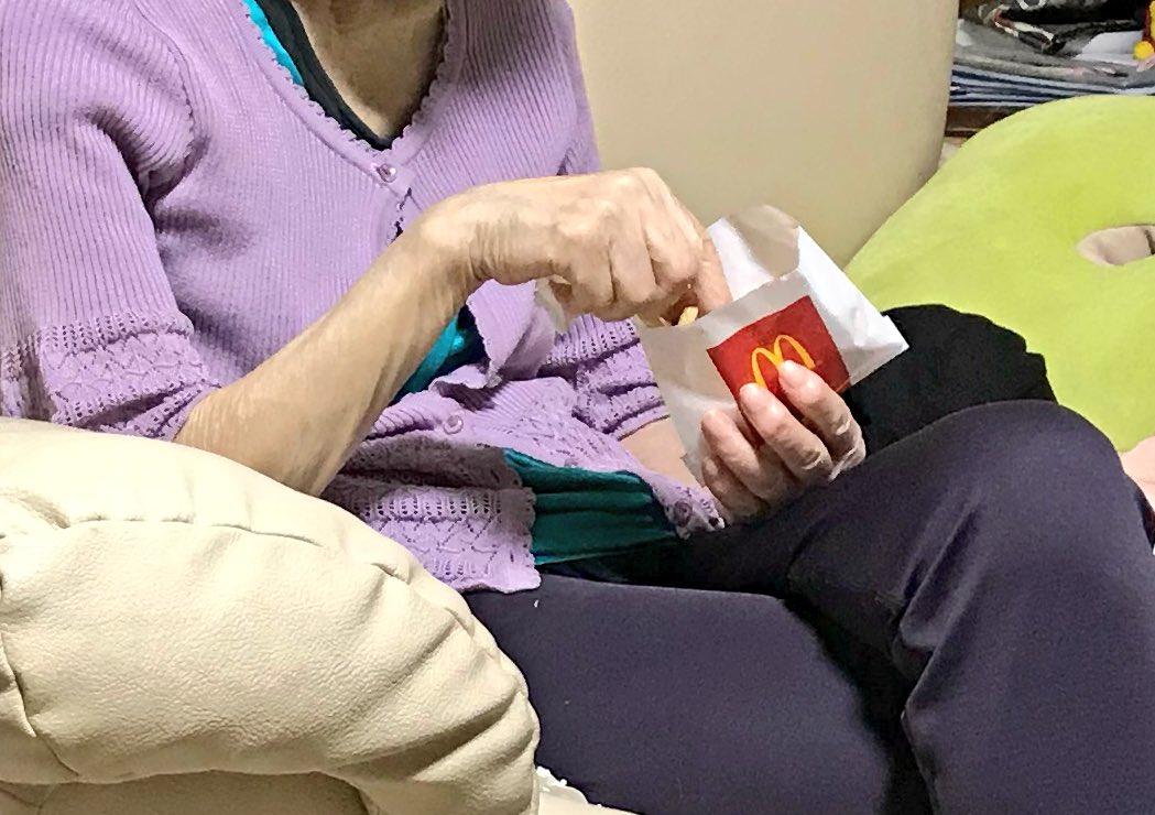 おばあちゃんにマックのポテト買って行ったら黙々と食べてるから「お腹いっぱいだったら残していいよ」と言ったら「これは止められねぇんだ…」と急にハードボイルドになっていた