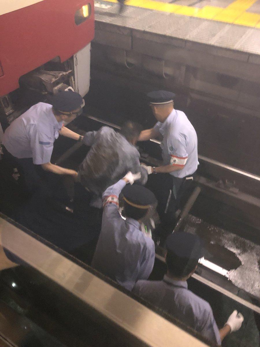 京急横浜駅の人身事故でお客様を救助している画像