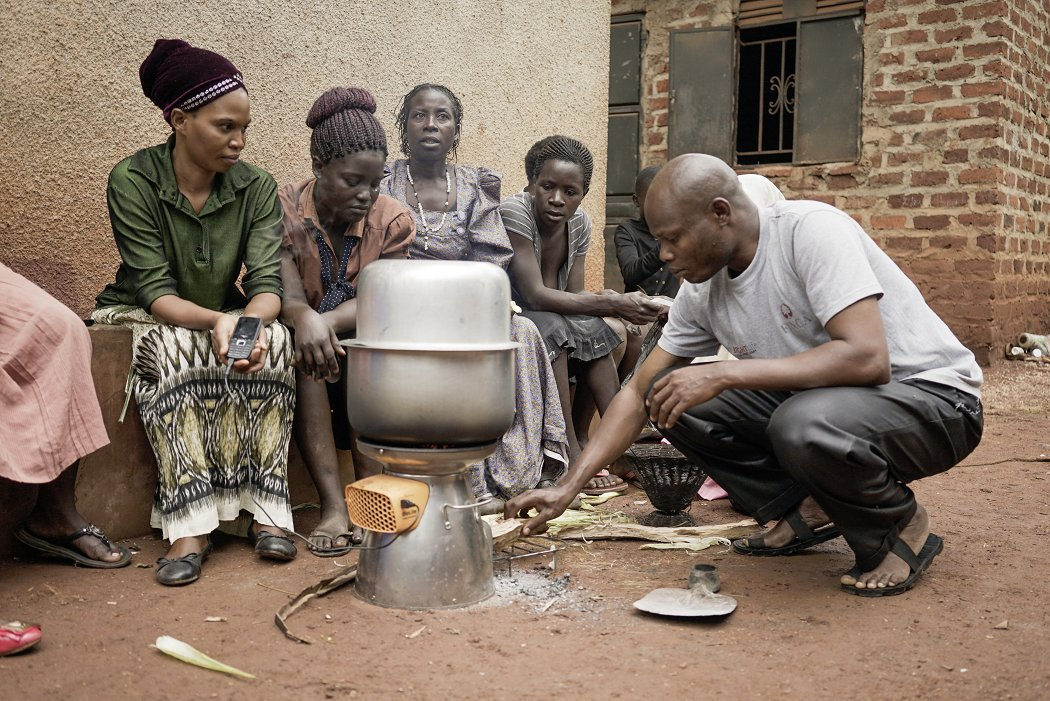 In sub-Saharan #Africa, the number of people without electricity has begun to fall for the first time. Yet, 2.3 billion people are projected to be using unhealthy cooking methods when the #SDGs expire in 2030. (via @devex)  http:// bit.ly/2rdxsqq  &nbsp;   #EnergyPoverty <br>http://pic.twitter.com/g61h6Q0uoA