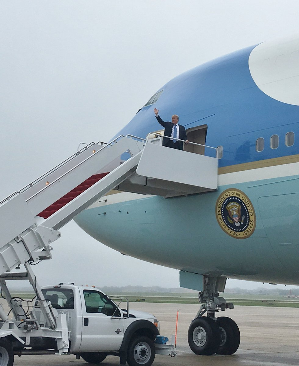 After motorcade from the WH, Pres Trump boards Air Force One for flight to Las Vegas for political events including fundraiser for and speech to Nevada Republican Party. (Pool photo @smeghaniAP)