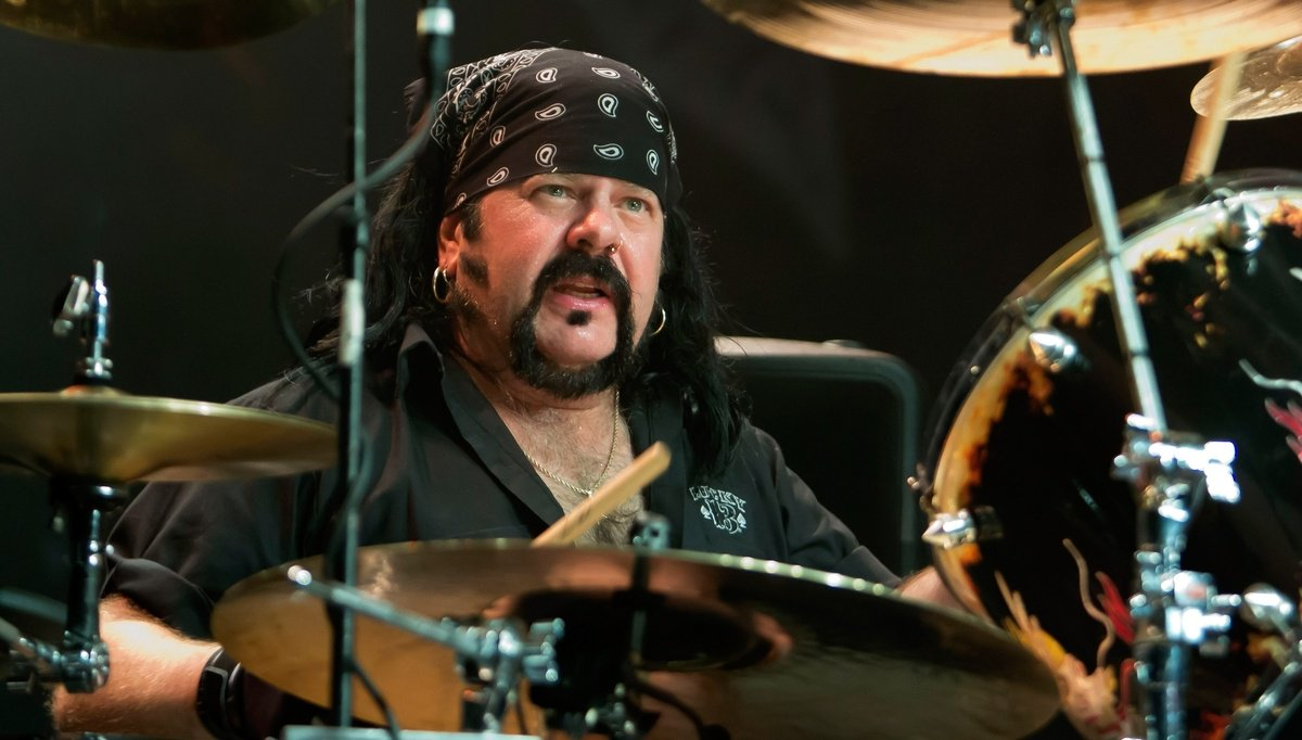 Vinnie Paul, Pantera drummer and co-founder, dies at 54 dlvr.it/QYGbDH