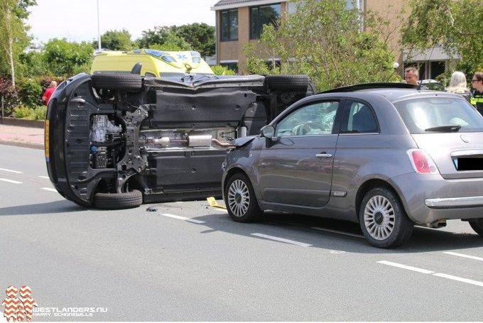 Auto op zijn zijkant na ongeluk Emmastraat https://t.co/tneJYEUDDT https://t.co/7GU9xnu926