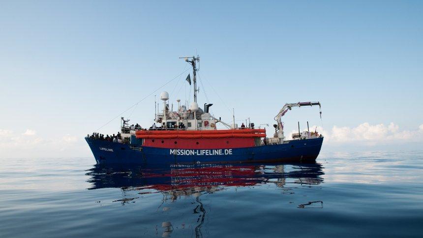 Deutsches Rettungsschiff 'Lifeline': Hunderte Flüchtlinge sitzenauf dem Mittelmeer fest https://t.co/0CIIqGwtlZ