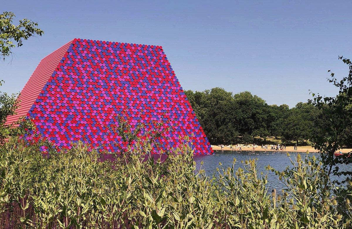゚д゚)ポカーン  (ハイドパークに出現したクリスト&ジャン・クロードの新作7506個のドラム缶が高さ20メートルに積み上げられている。)