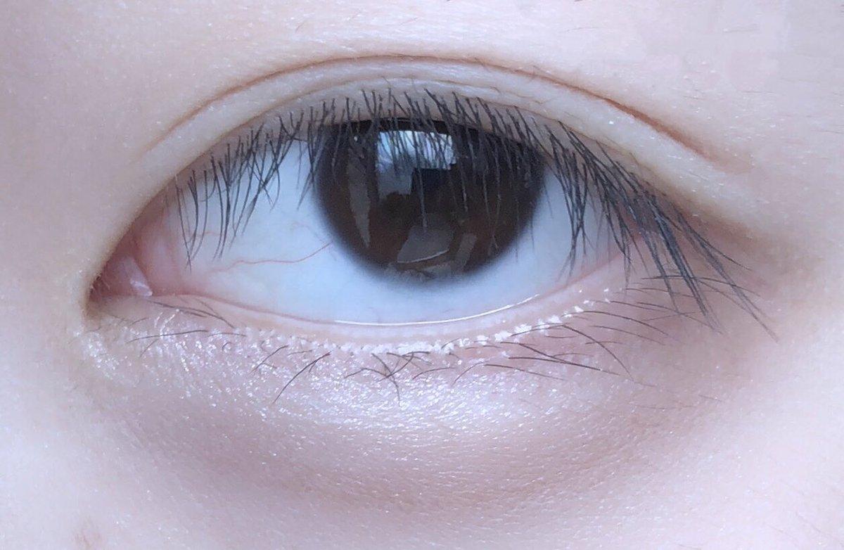 【目の下絶壁人間の涙袋プロセス】 シェーディングを目尻から黒目の下に ハイライトを目頭から黒目の下に 乗せる。(イラスト参照) 目尻に影をつけて奥行きを出して 立体感を増し、シャドウじゃなく ハイライトで自然な立体感を出す。