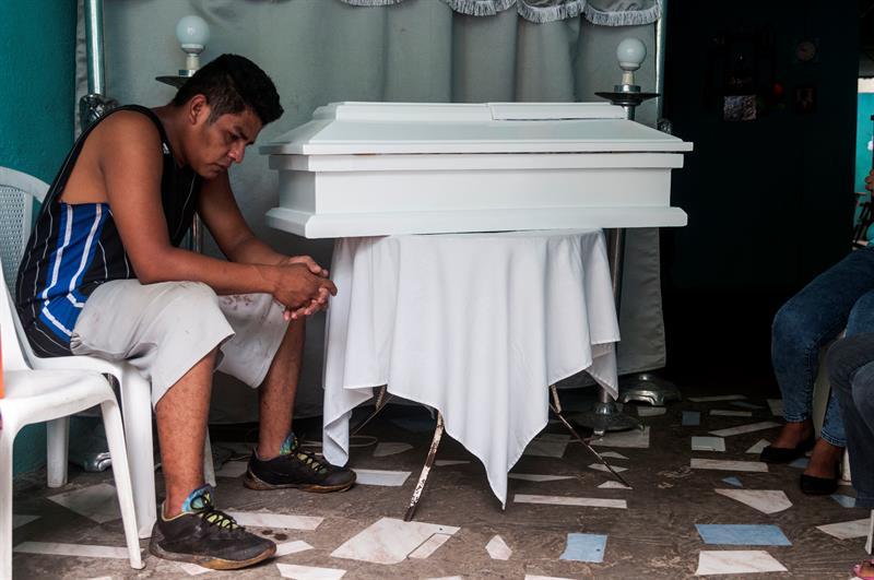 En pleno día del padre, en Nicaragua un papá vela a su bebé de 15 meses que fue asesinado de un balazo en la cabeza. Esto ocurre una semana después que dos niños fueran quemados vivos en el barrio Carlos Marx de Managua.   https://t.co/Rm4PUdAZWy