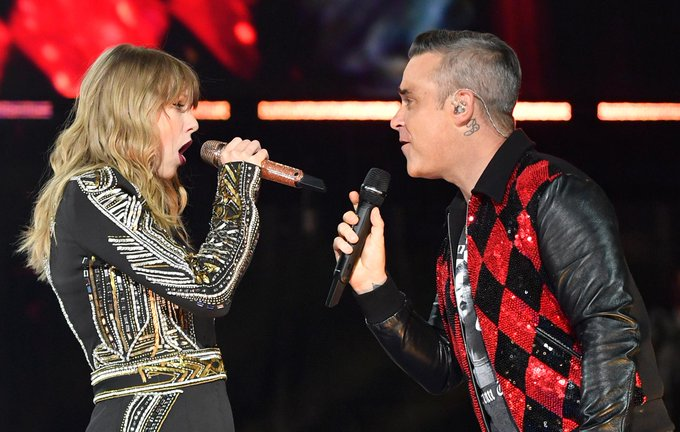 Taylor Swift brings Robbie Williams to the stage for Angels duet in London Foto