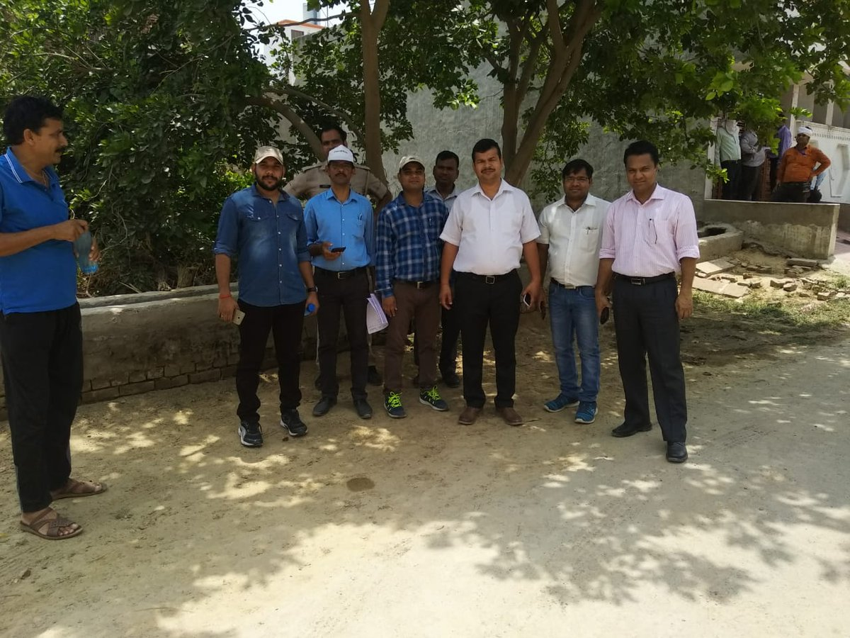Mass raid conducted(23.6.18) in Murli ViharAgra by EE, along with sdo, AE raid, JE, in which load of 118 consumers found excess. load 203 kw increase on spot.10 consumer using electricity through bypassing meter.All booked in 135. @SKVERMA1709 @EMofficeUP @ChairmanUppcl<br>http://pic.twitter.com/cQdbNAW1gY